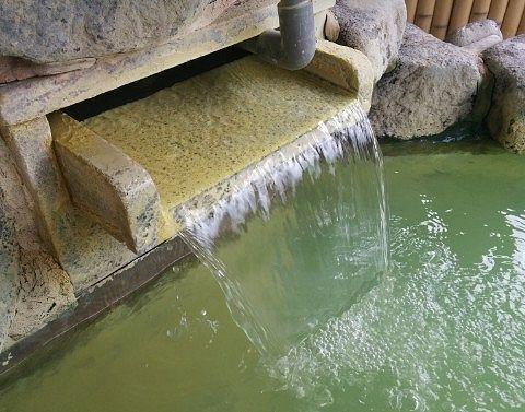 百泉の湯の露天風呂の源泉かけ流しの様子