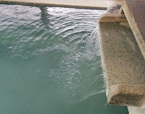 百泉の湯の内湯の源泉かけ流しの様子