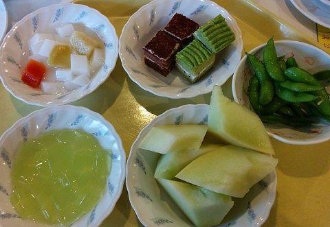 杏仁豆腐、ティラミス、抹茶ケーキ、メロンなどのデザート