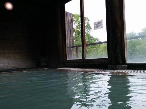 万天の湯に入って見えるガラス扉