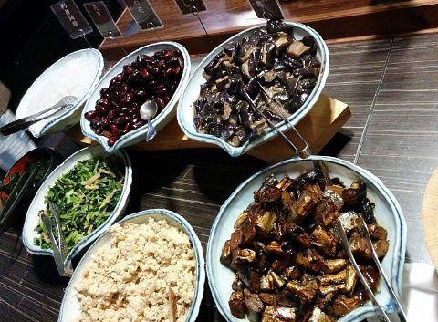 こんにゃく、花豆、卯の花、小松菜のおひたし、ナスの田舎煮