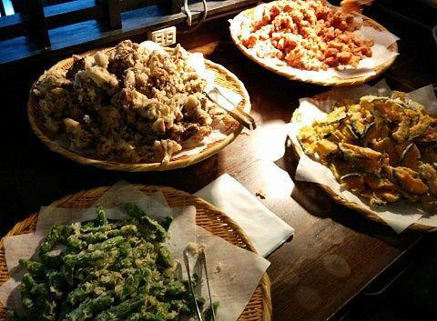 鳥のから揚げと舞茸の天ぷら、カボチャの天ぷら、ししとうの天ぷら