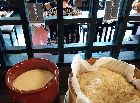 玄米おこわと山芋とろろ、白米もありました。