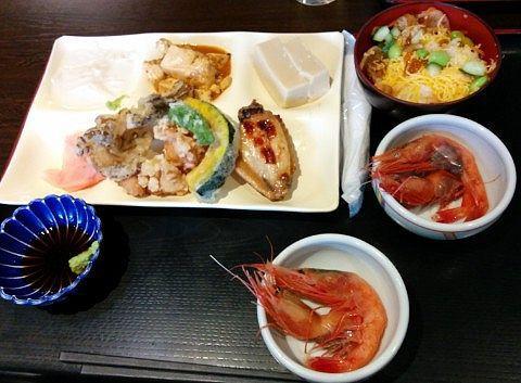 ゴマ豆腐と湯葉、天ぷら、手羽、チラシ寿司、甘エビの刺身