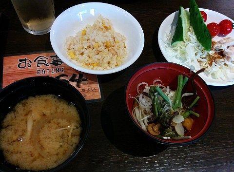 鮭チャーハン、キノコ汁、ワンコ蕎麦、サラダ