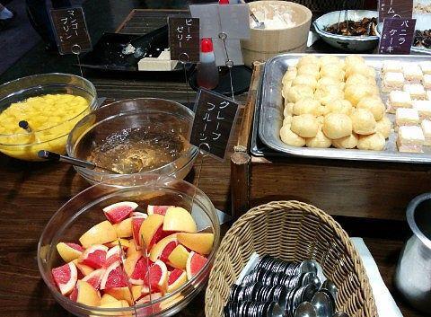 マンゴープリン、ピーチゼリー、グレープフルーツ、プチシュークリーム、プチバニラケーキ