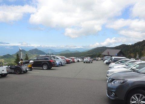 混雑してる横手山ドライブイン駐車場の様子
