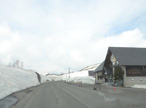 雪に埋もれた白根山レストハウス