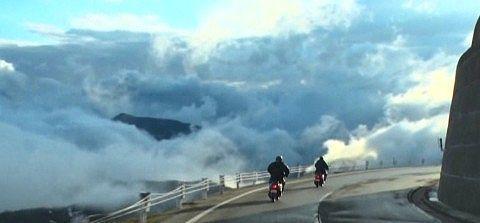 雲海の中の道路
