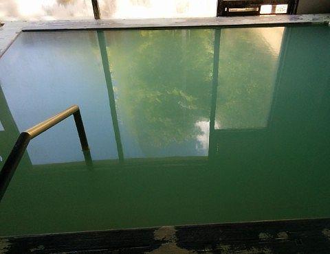 緑色をしてる内湯