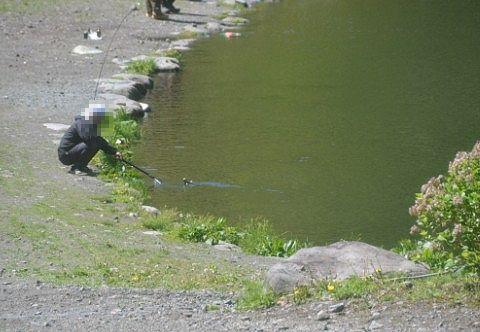 ルアーポンド池で釣り上げた人