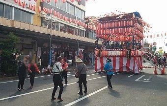 末広町やぐらで八木節を踊る人たち