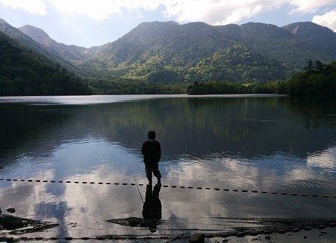 湯ノ湖で釣りをする人