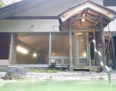 露天風呂から見える湯屋