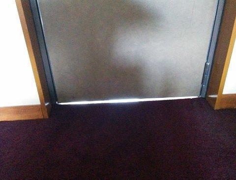 部屋と通路の扉の隙間