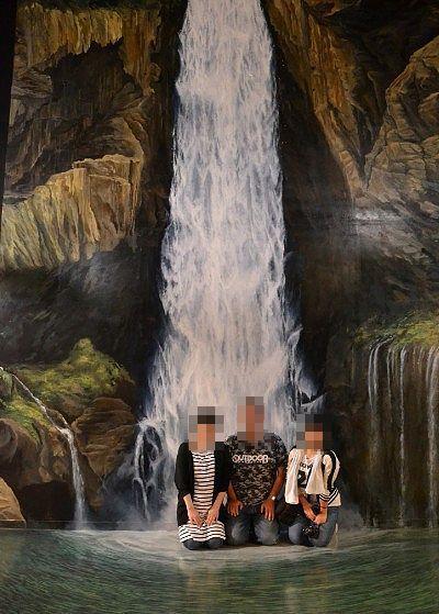 華厳の滝壁画前で記念撮影