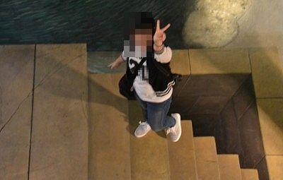 床に描かれた階段の上で記念撮影