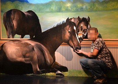 馬と戯れるトリックアート