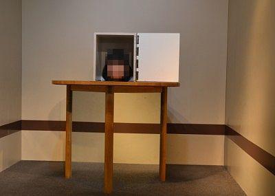 テーブルの上の箱の中身のトリックアート