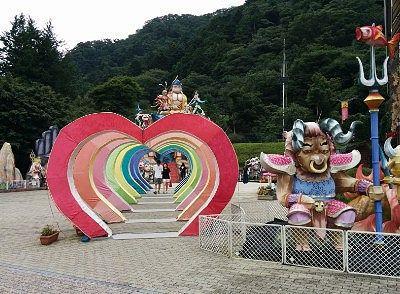 ハートのオブジェや人形のある広場
