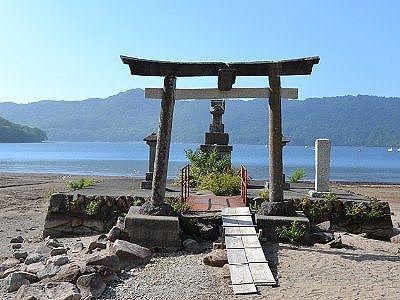 湖畔にある旧赤城神社弁天宮