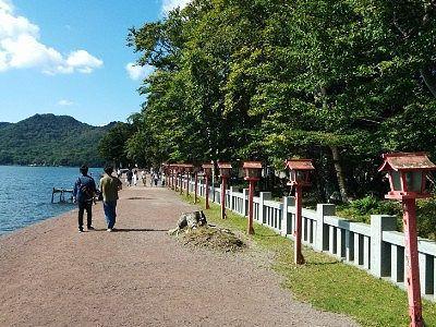 湖畔沿いの参道