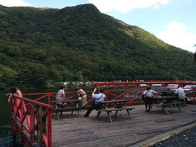 赤い橋が見えるテラス
