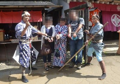 江戸村の岡っ引きと記念撮影
