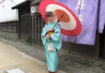 景品の和傘を持っての記念撮影