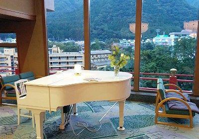 ラウンジにあった白いグランドピアノ