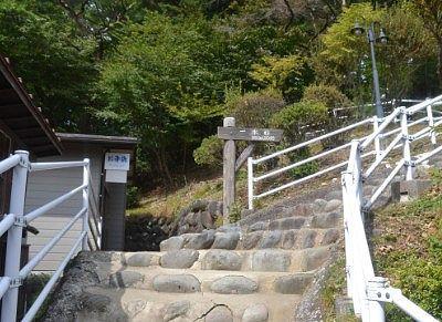 神社に向かう階段