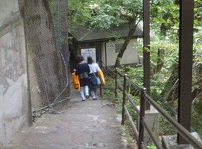 川まで降りる階段