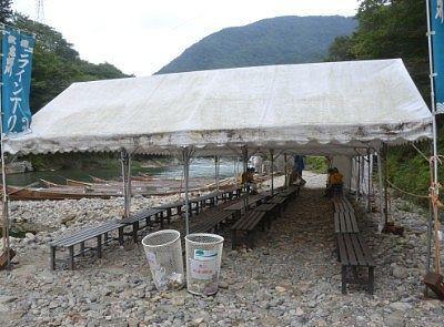 乗船場のテントと順番待ちのベンチ