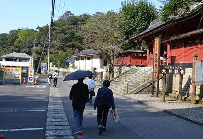 大谷寺入口とその前の駐車場