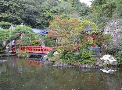 弁天堂と赤い橋