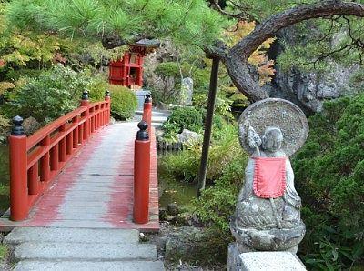 弁天堂に渡る赤い橋とお地蔵様