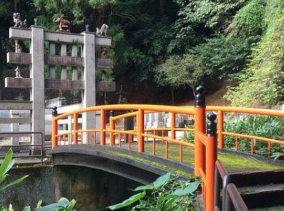 鎖で通行止めされてた赤い橋