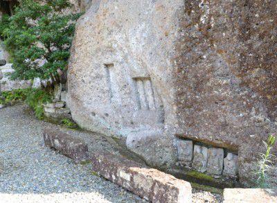 岸壁に彫られた仏様の様子