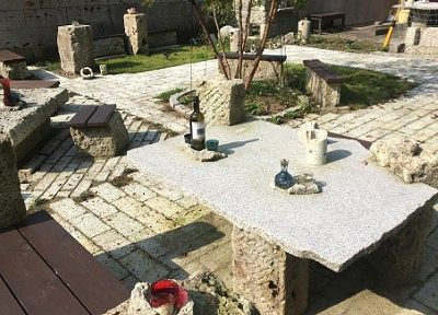 大谷石でできた休憩スペース