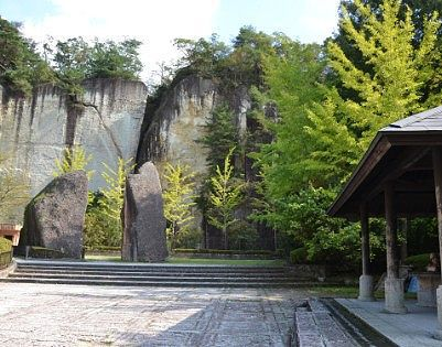 東屋と奇岩