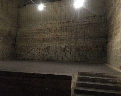 地下空間にあった舞台の様子
