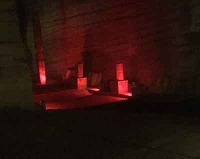 赤色の照明が当たった地下空間