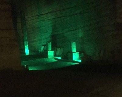 緑色の照明があたった地下空間