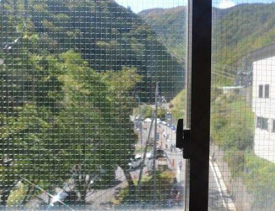 ロープウェイ乗り場の窓から見た車の渋滞