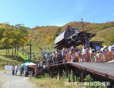 観光リフトに乗る人で大混雑の行列