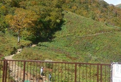 リフト乗り場横の登山道の様子