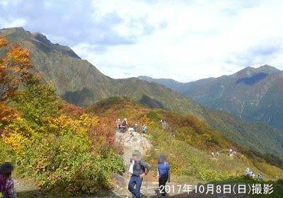 谷川岳山頂に続く登山道と紅葉の景色