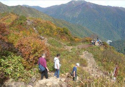 登山道が続く尾根の様子