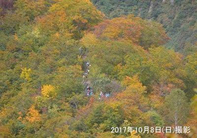 天神尾根を登る登山客