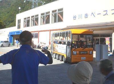 バス停に電気バスが到着したところ